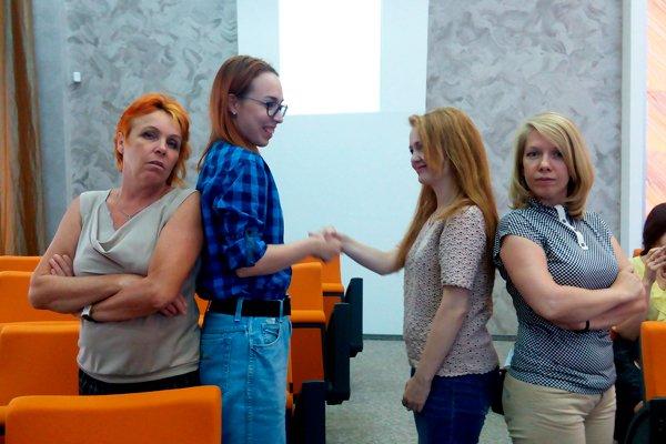 Подростки обмениваются рукопожатием