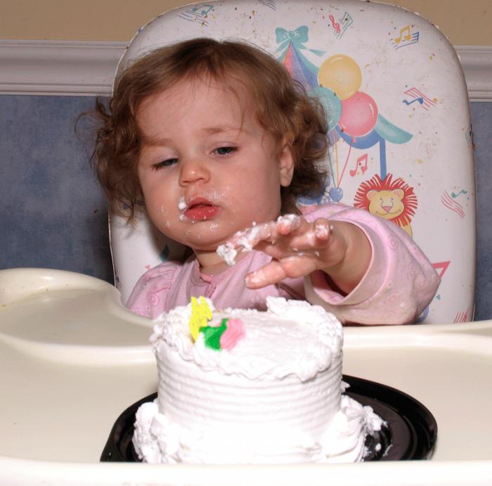 ребенок тянет руку к торту