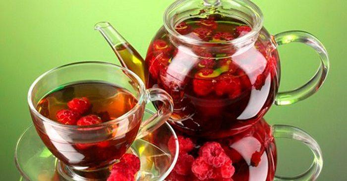 Чай с ягодками малины в заварнике и кружке