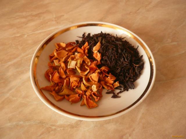 В блюдце листовой чёрный чай и сушёные яблоки