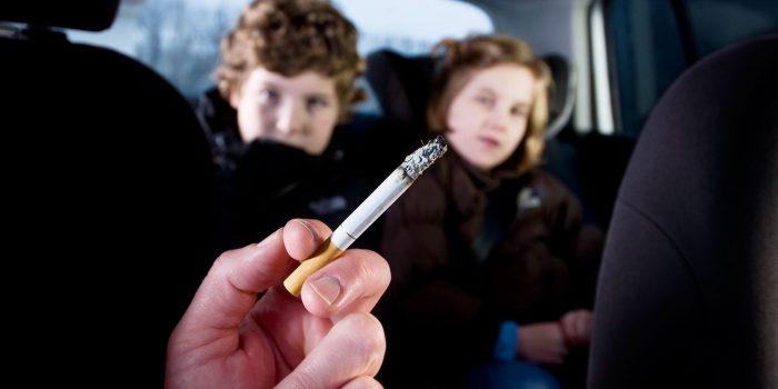 Дети и рука с сигаретой