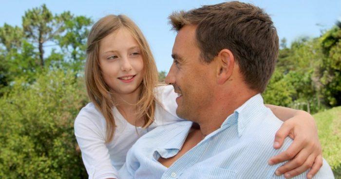 Дочь обнимает отца