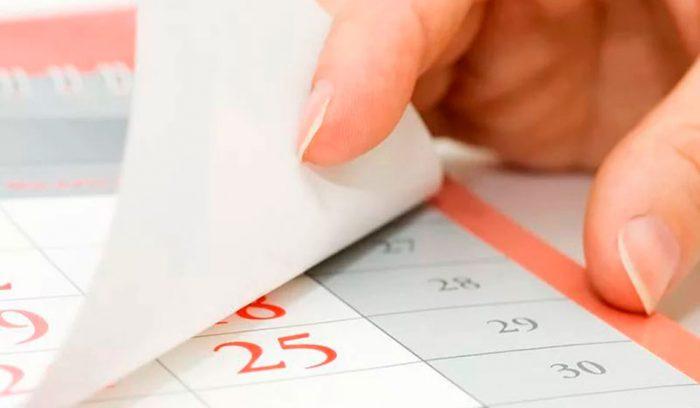 рука листает календарь