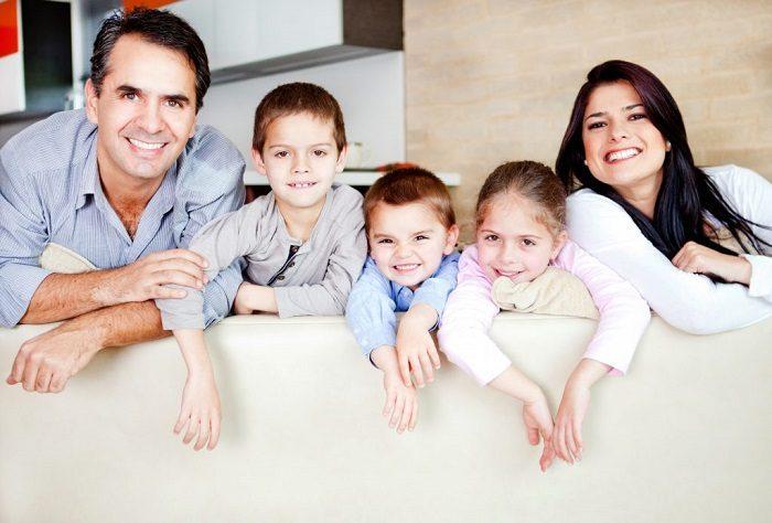 Мужчина с женой и тремя детьми