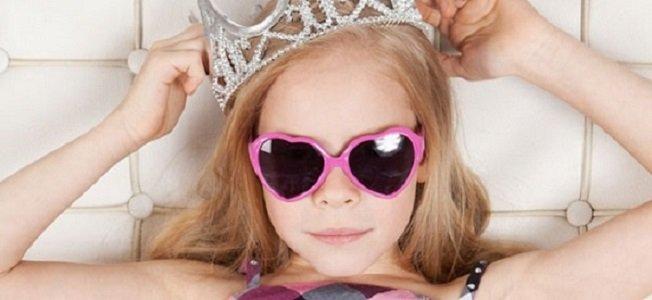 Девочка в короне и розовых очках