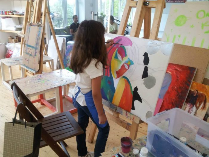 Девочка рисует необычную абстрактную картину