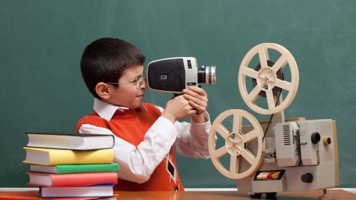 Мальчик смотрит в видеокамеру