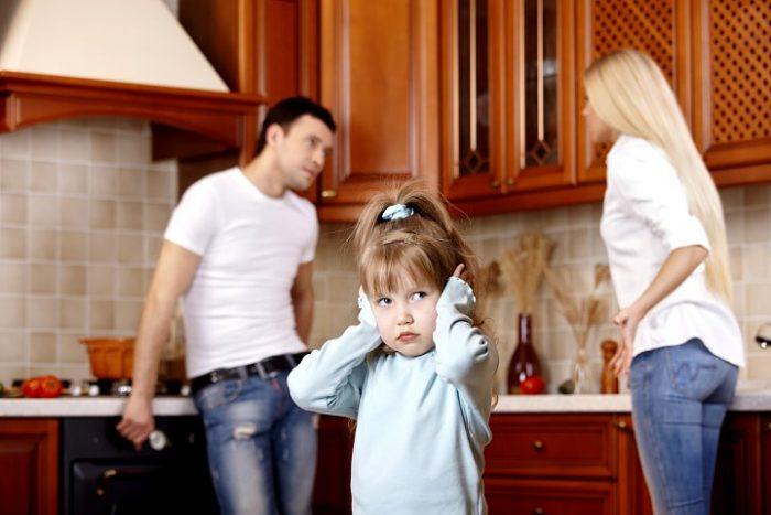 Супруги выясняют отношения при маленькой дочке, девочка закрывает уши