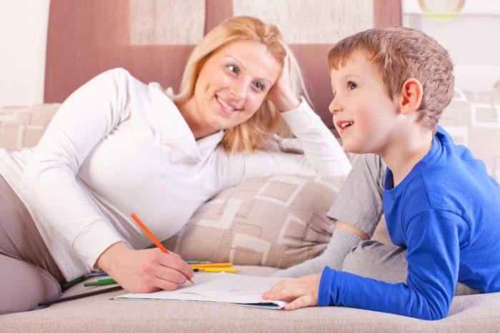 Мама о чём-то спрашивает сына, он задумчиво улыбается