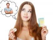 Женщина задумалась о выборе контрацептива перед встречей с мужчиной