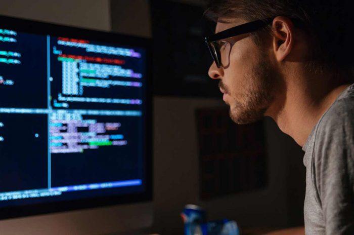 Человек смотрит на экран компьютера