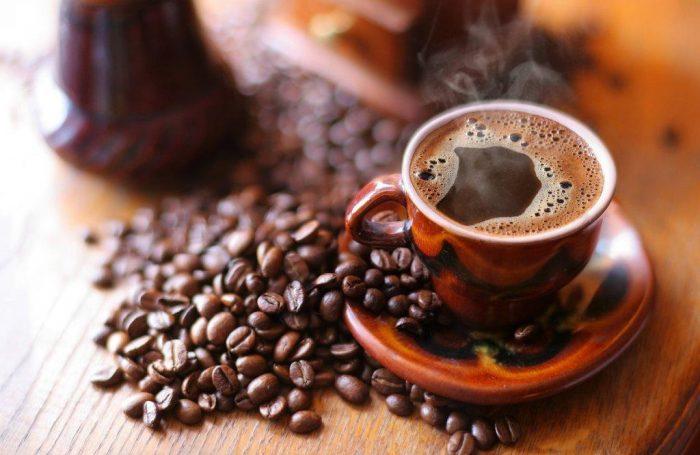 Кофе в чашке и зёрна на столе