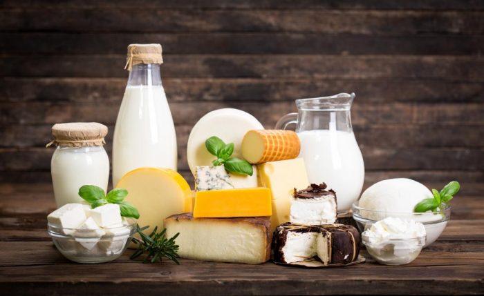 Молочные продукты лежат на столе