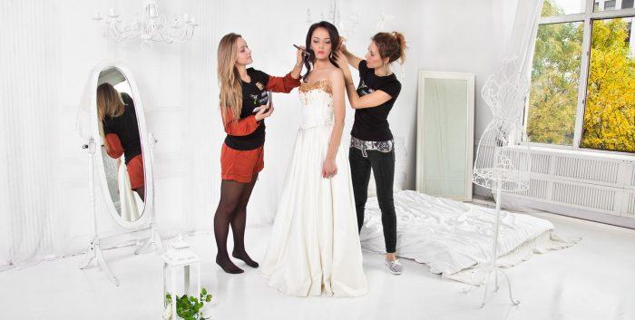 Визажист, парикмахер и невеста в день свадьбы