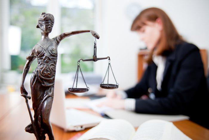 Сотрудница юридической конторы на рабочем месте