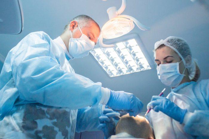 Стоматолог и ассистент работают в 4 руки