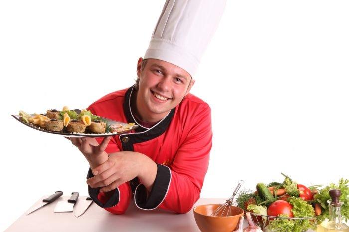 Повар держит на ладони тарелку с едой