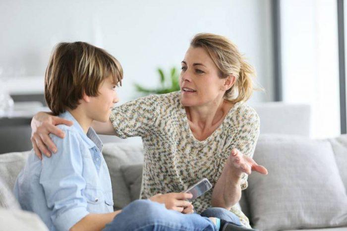 Мать разговаривает с сыном-подростком