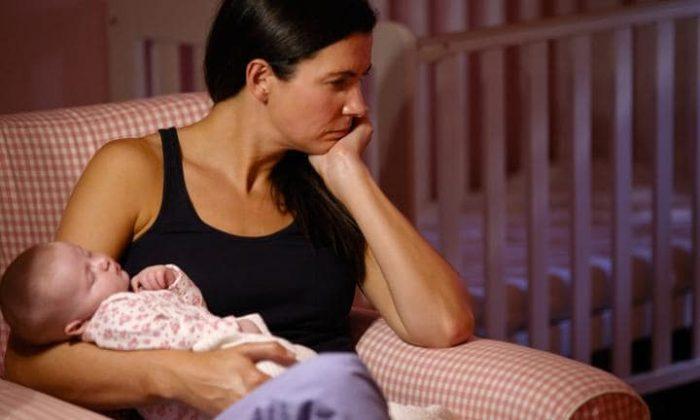 Уставшая мама с грудничком на руках