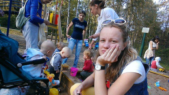 Мамы с малышами на детской плодадке