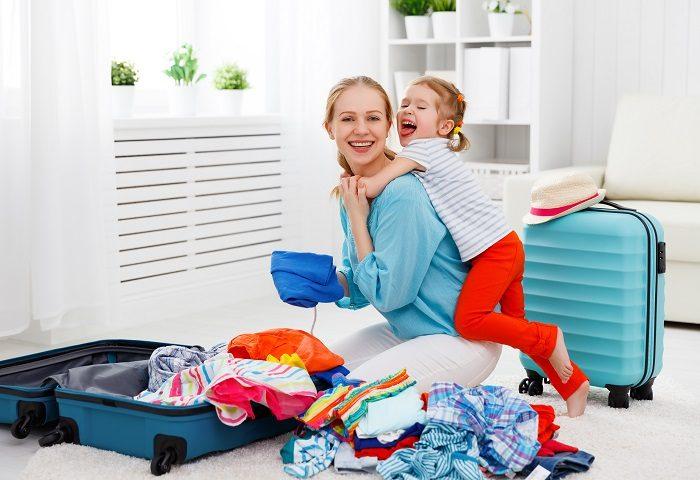 Мама с дочкой собирают чемоданы