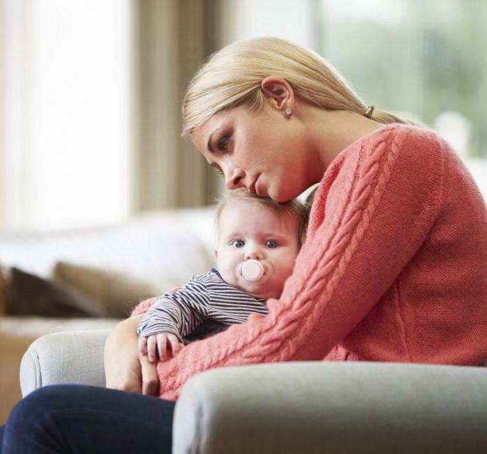 Мама клонилась над малышом и о чём-то грустит