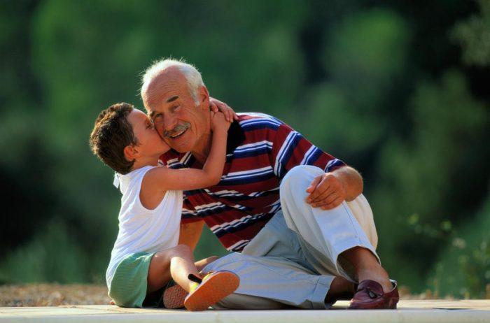 Мальчик обнимает дедушку