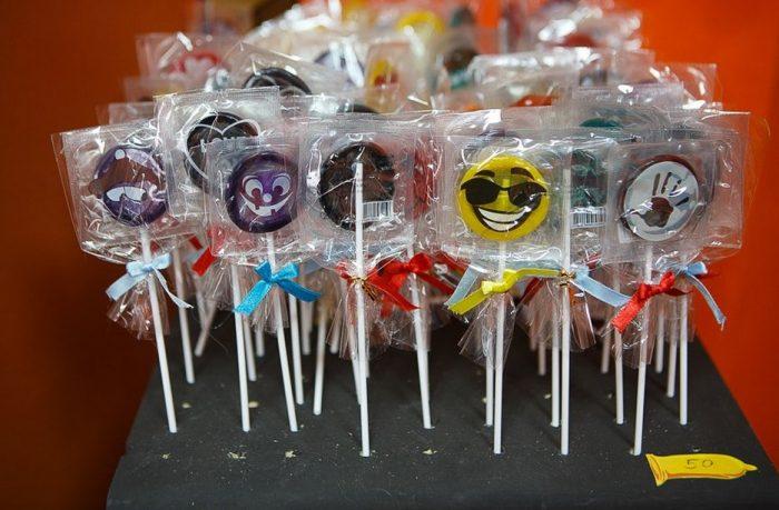 презервативы в виде конфеты на палочке