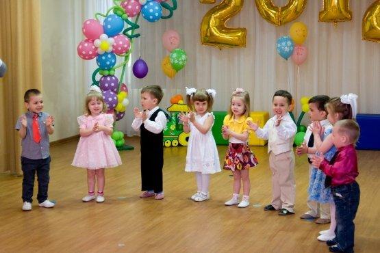 Детки из ясельной группы поздравляют выпускников детского сада