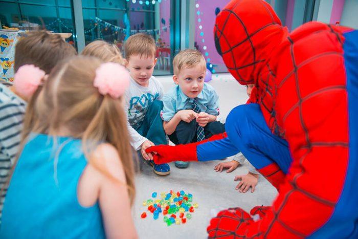 Человек-Паук играет в кругу с детками