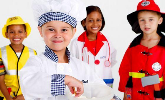 Детки в костюмах врача, пожарного, повара и строителя