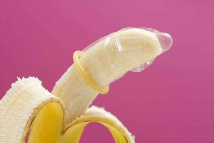 Банан с надетым презервативом