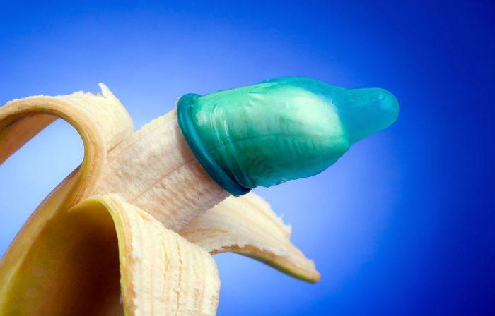 Разворачивание презерватива на банане
