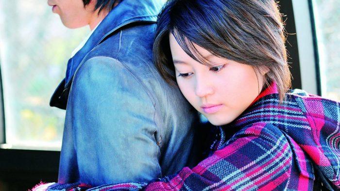 Японская девушка обнимает парня