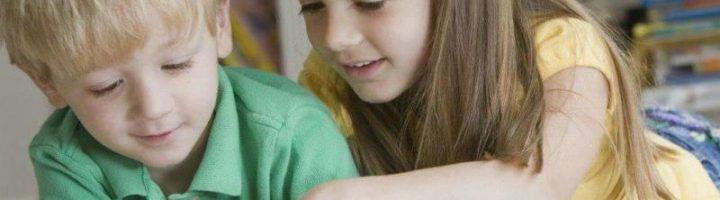 Мальчик и девочка рассматривают картинки