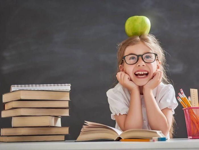 Девочка с яблоком на голове и книги