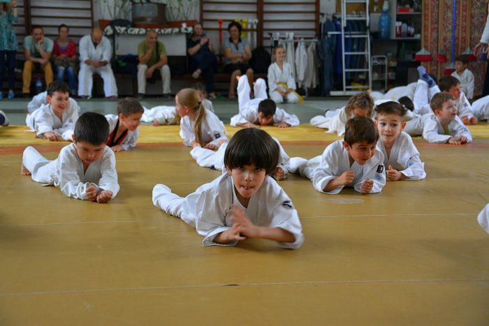 Дети лежат на полу, выполняя упражнения в технике айкидо