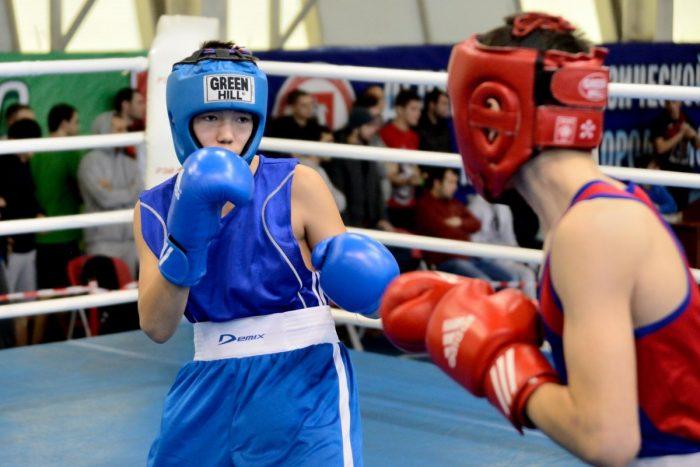 Два подростка-боксёра на ринге во время соревнований