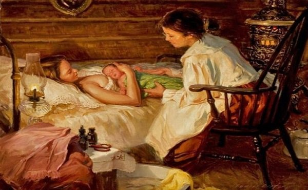 Повитуха сидит рядом с кроватью, где лежит мать и новорождённый
