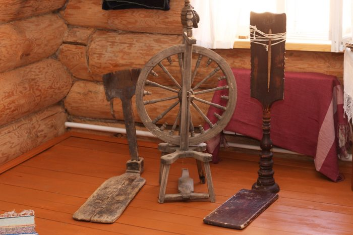 Старинная ручная прялка