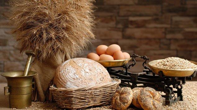 Хлеб, яйца и зерно на столе