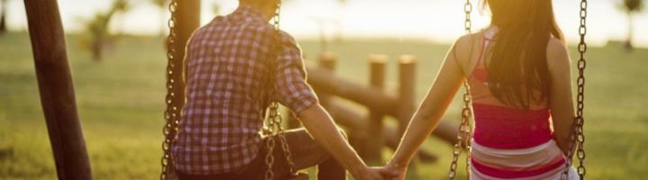 парень и девушка на качелях