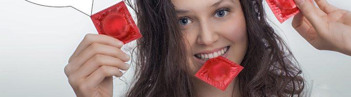 Девушка держит презервативы и считает, что они защитят от ВИЧ
