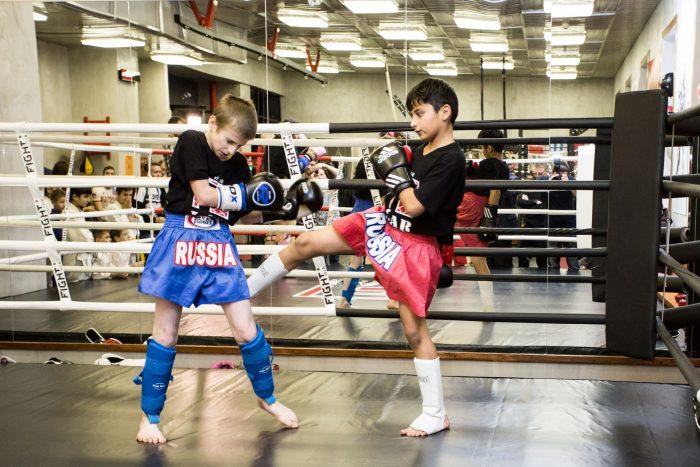 Два мальчика на ринге соревнуются в кикбоксинге