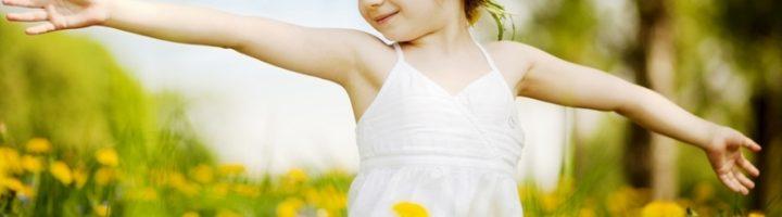 девочка на поляне одуванчиков