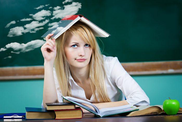 Девушка сидит за школьным столом