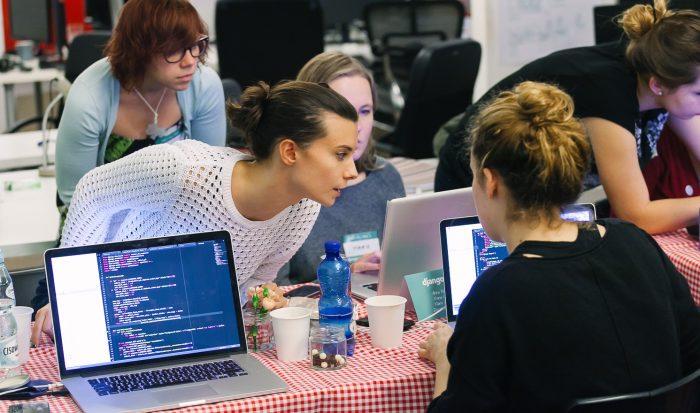 Девушки обсуждают программирование