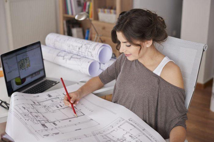 Архитектор рисует проект здания