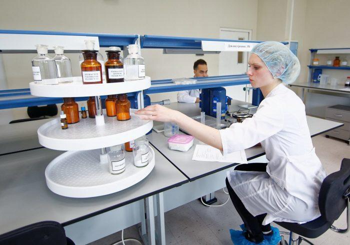 Провизор в фармацевтической лаборатории