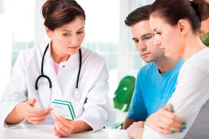 Гинеколог-репродуктолог консультирует семейную пару